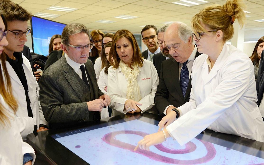 En el centro de la imagen jaume giro director general de la fundacion bancaria la caixa en un momento de la presentacion (1)