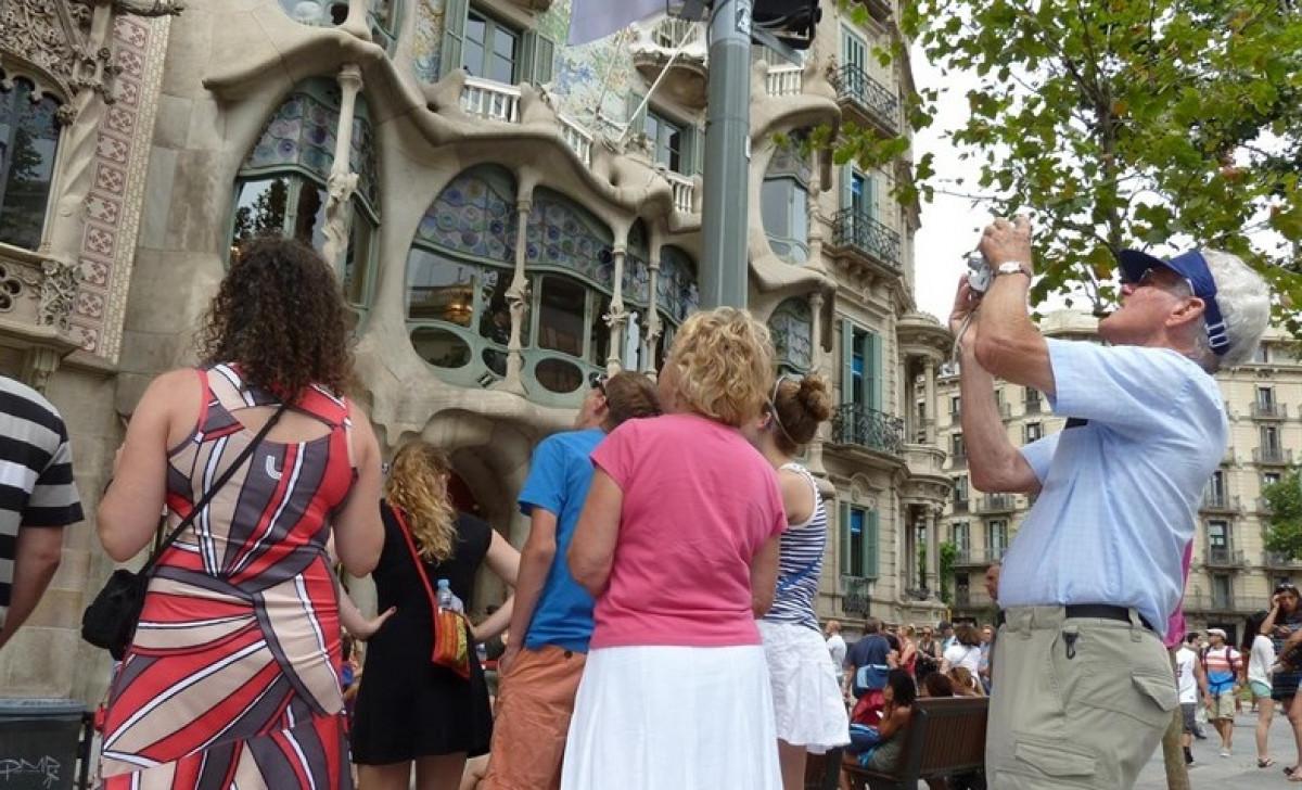 Turistas barcelona gaudi
