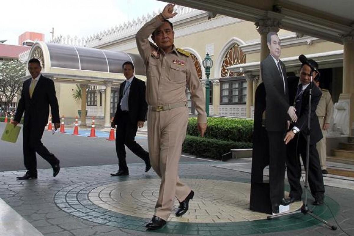 Prayuth Chan ocha y su muu00f1eco a tamau00f1o real