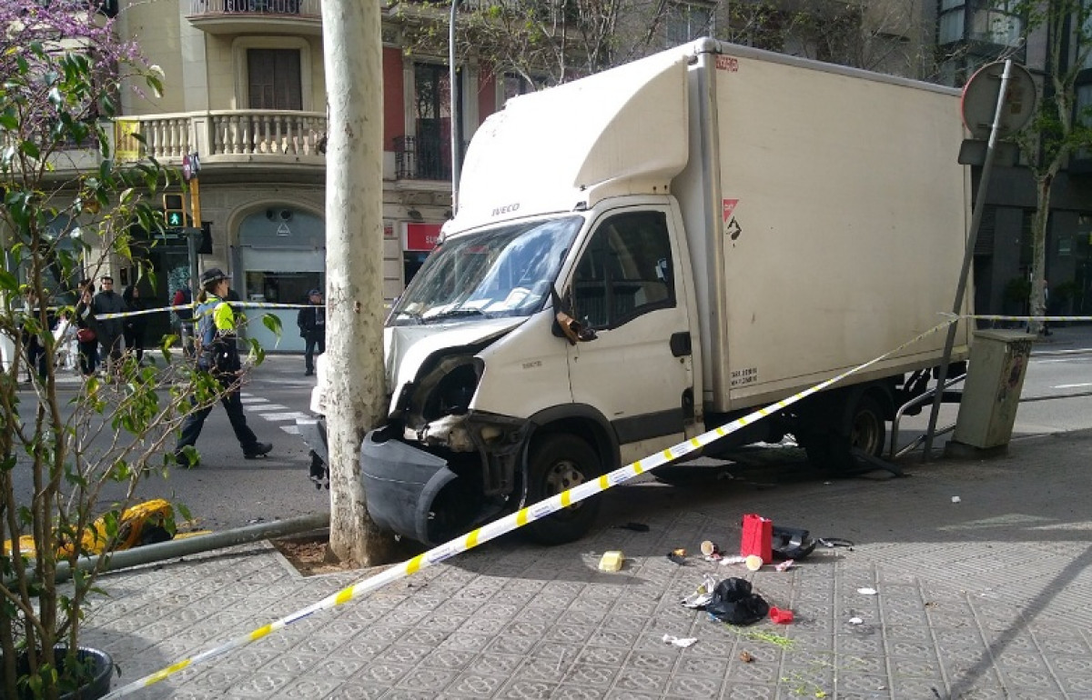 Camiu00f3n carrer aragu00f3 barcelona twitter 12042018