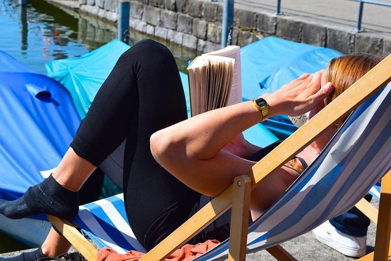 Leer tumbona tomar el sol vitamina d aire libre 10052018