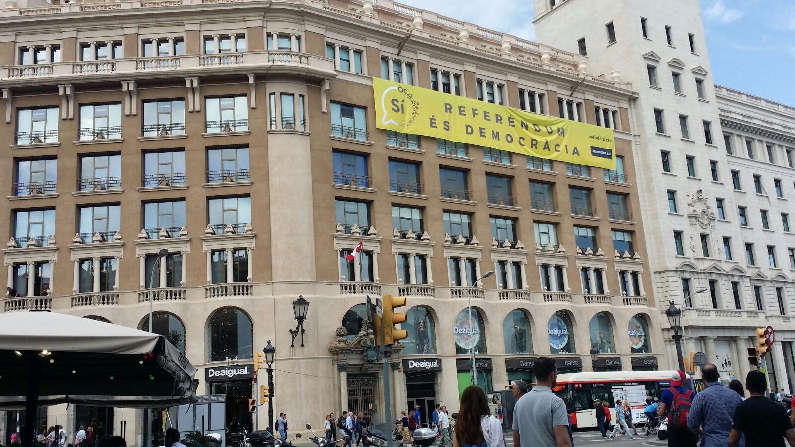 Pancarta favor referendum plaza catalunya