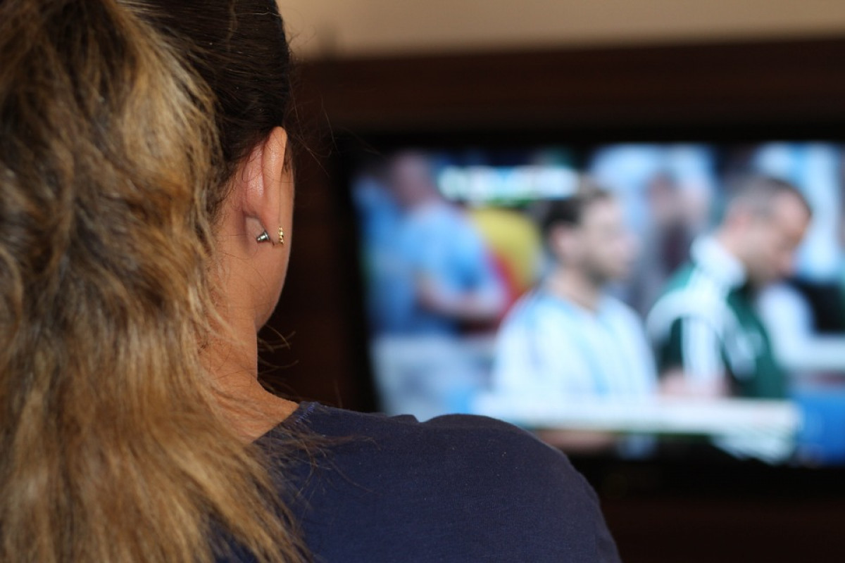 Una mujer viendo tv