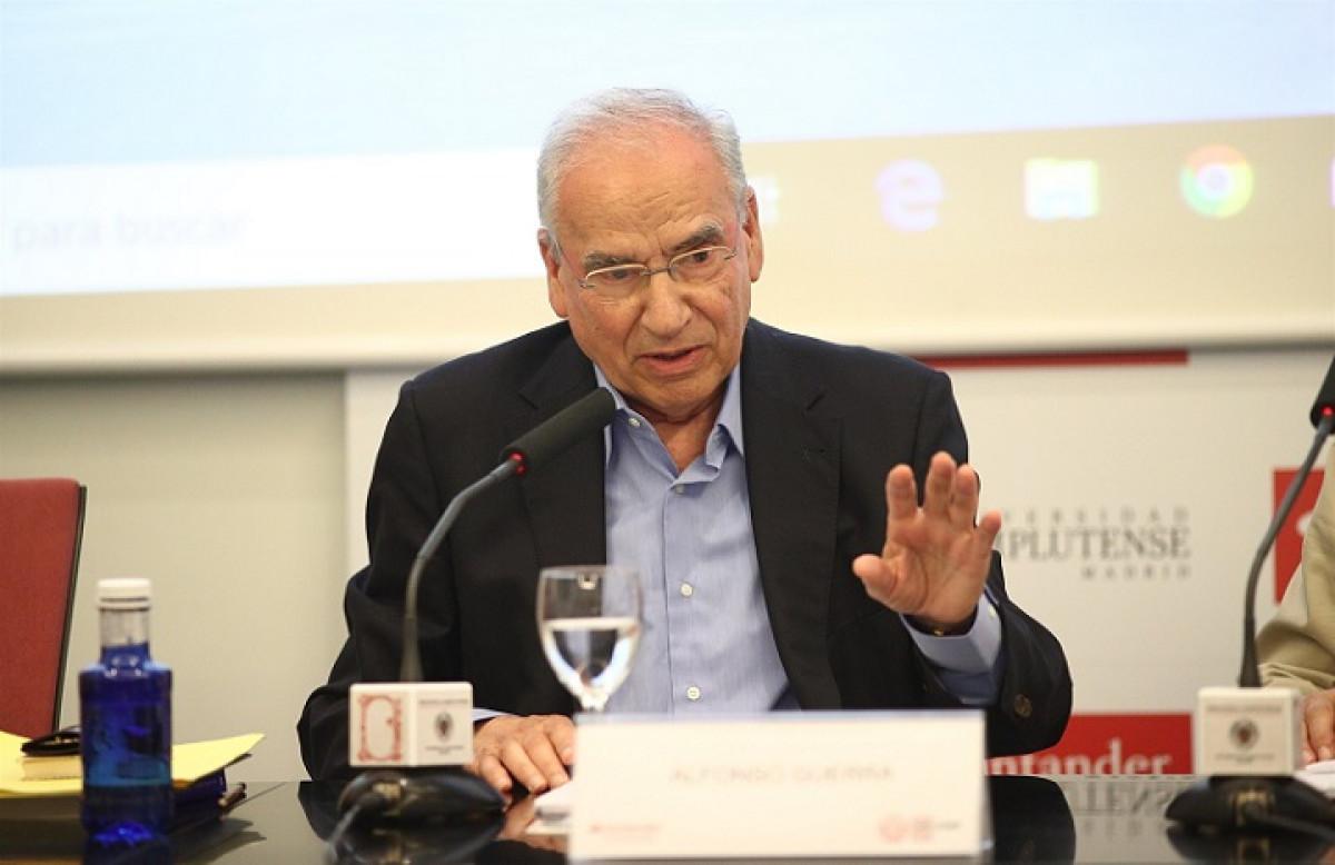Alfonso Guerra imparte una ponencia en un curso sobre la reforma constitucional EDUARDO PARRA