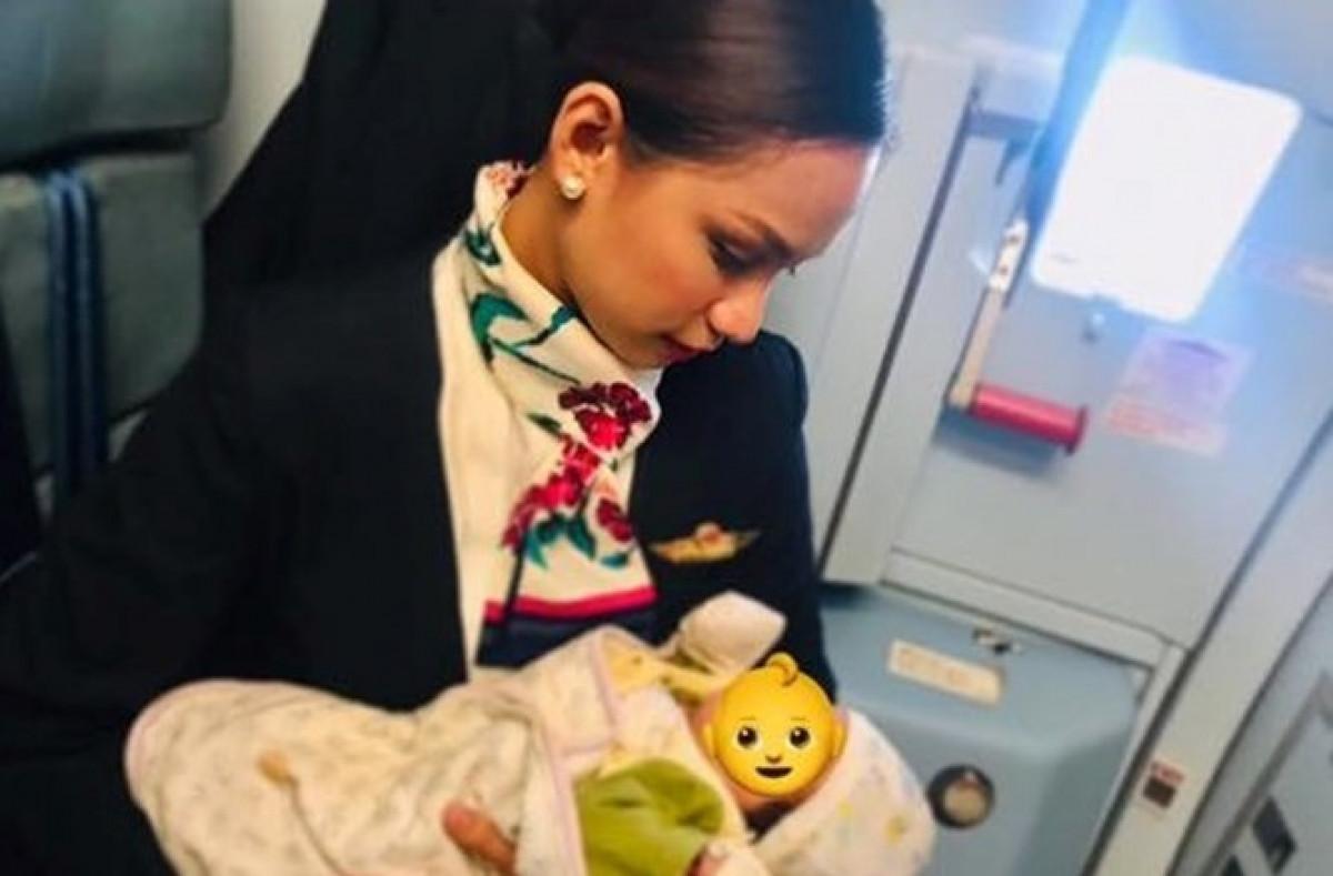 Azafata amamanta a bebe de pasajera