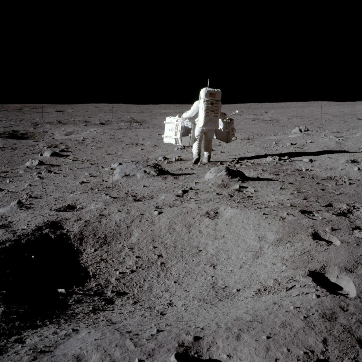 Buzz con material del suelo lunar