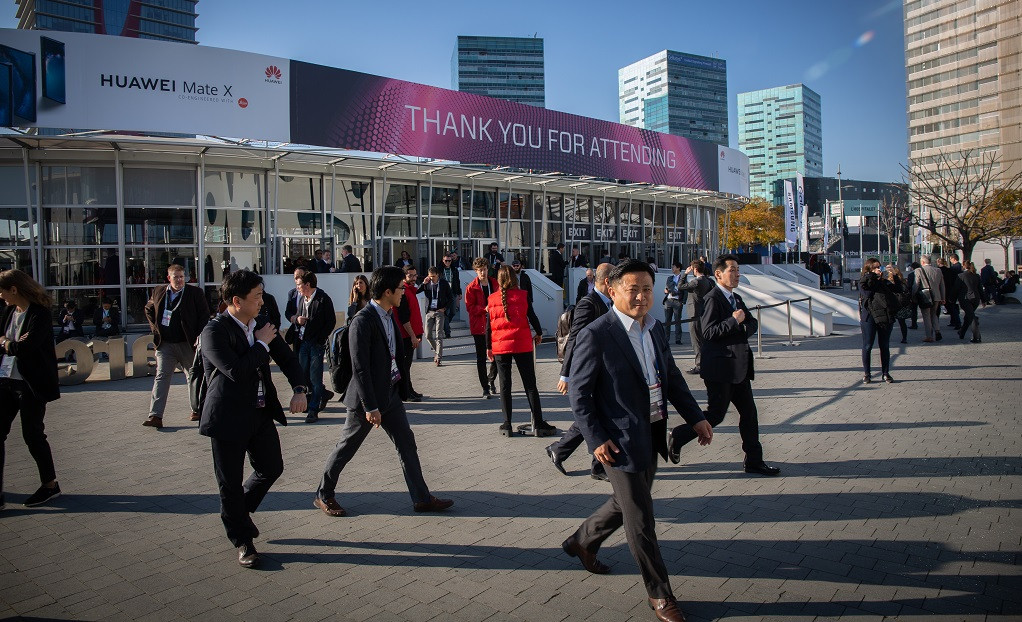 Vistantes del Mobile World Congress Barcelona MWC 2019 en la entrada de Fira Barcelona.