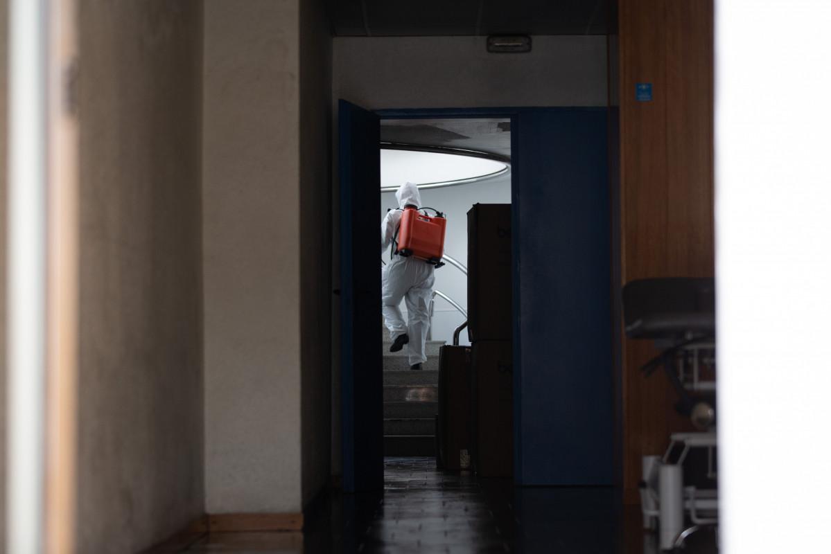 Un militar de la UME amb vestit de protecció desinfecta espais d'una residència geriátrica a Barcelona
