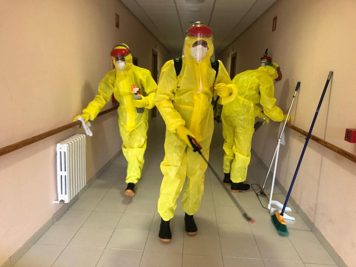 Miembros de la UME en la desinfección de una residencia de mayores