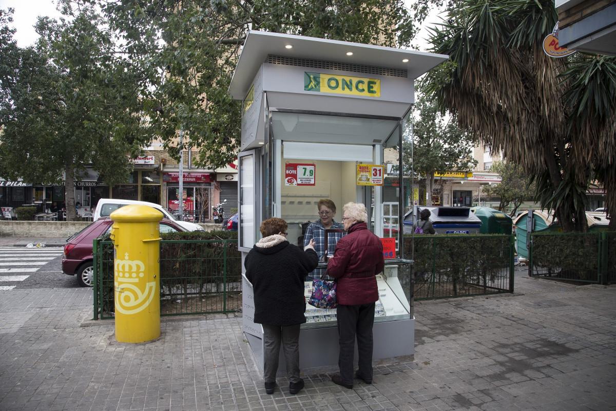 La ONCE formará y dotará de protección a sus vendedores para recuperar la venta de loterías
