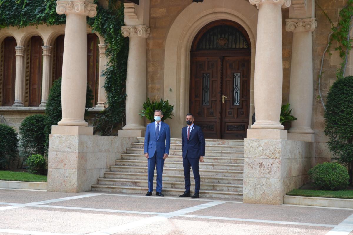 El Rey Felipe VI y el presidente del Gobierno, Pedro Sánchez, en Marivent.