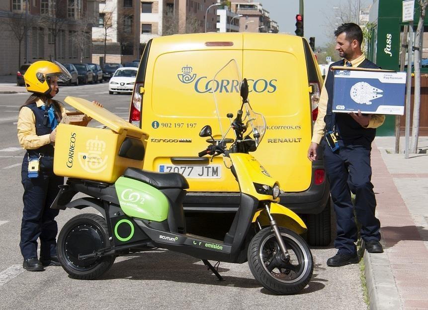 Imagen de archivo de dos empleados de reparto de Correos.