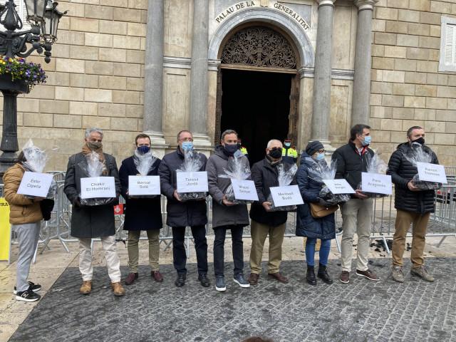 Representantes del comercio y la restauración entregan carbón al Govern, en Barcelona, a 7 de enero de 2021.