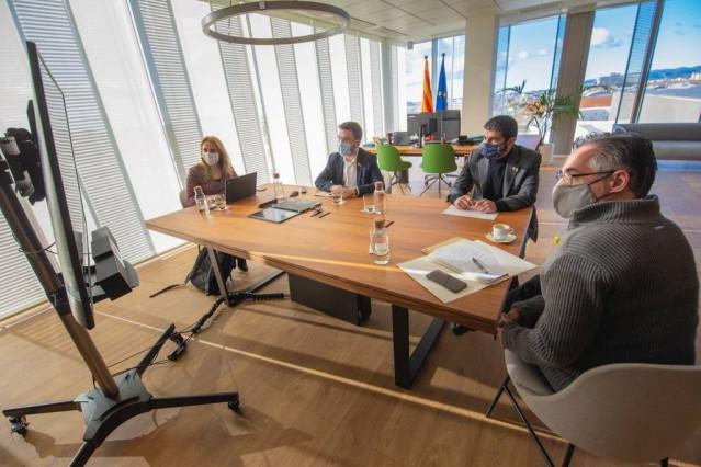El vicepresidente, Pere Aragonès, se ha reunido este domingo con el conseller de Empresa y Conocimiento, Ramon Tremosa, y el conseller de Trabajo, Asuntos Sociales y Familias, Chakir el Homrani, y la secretaria de Economía Natàlia Mas.