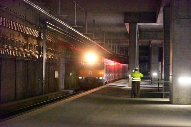 Un tren circula por dentro de la estructura de la futura estación de La Sagrera, en Barcelona.