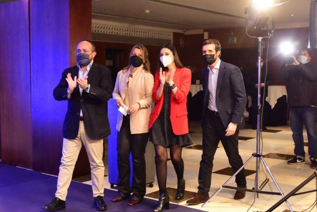El candidato del PP catalán a las elecciones al Parlament, Alejando Fernández, en el inicio de campaña, acompañado por su número tres, Eva Parera, y dos, Lorena Roldán; y el presidente del partido, Pablo Casado, este 28 de enero del 2020, en Barcelona.