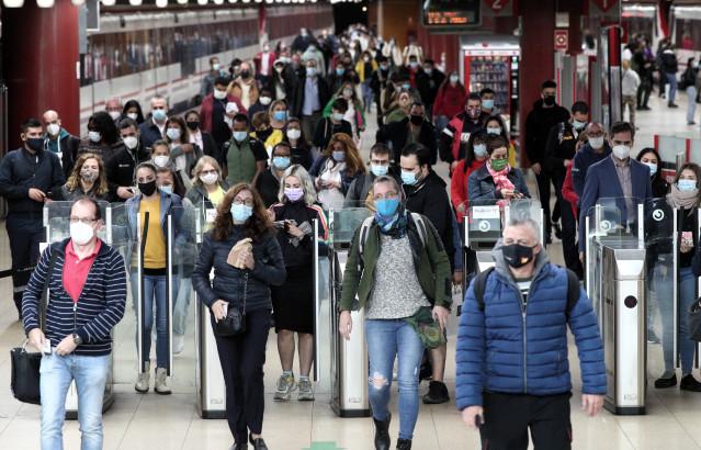 Usuarios de cercanías caminan por las instalaciones de la estación de Renfe de Getafe, Madrid (España)