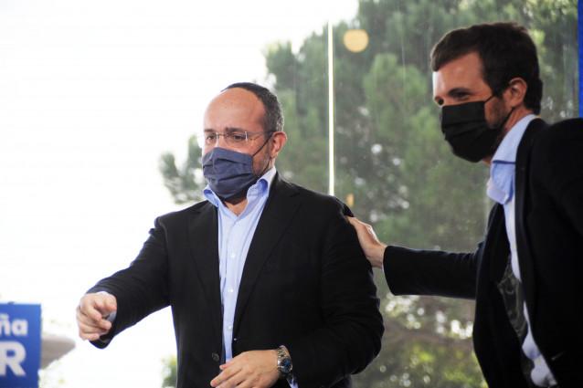El candidato del PP a las elecciones catalanas del 14F, Alejandro Fernández (i) y el presidente del PP, Pablo Casado (d), en un acto de campaña.