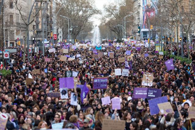 Archivo - Manifestación del 8M del año pasado en Barcelona, antes del confinamiento