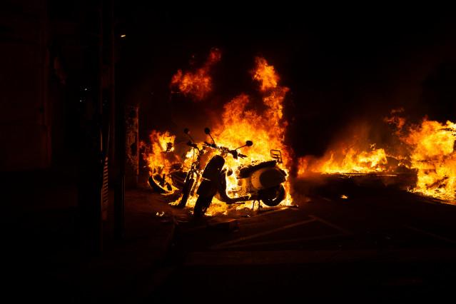 Incendio provocado por los manifestantes que apoyan a Pablo Hasel durante los disturbios en Barcelona (España), a 17 de febrero de 2021.