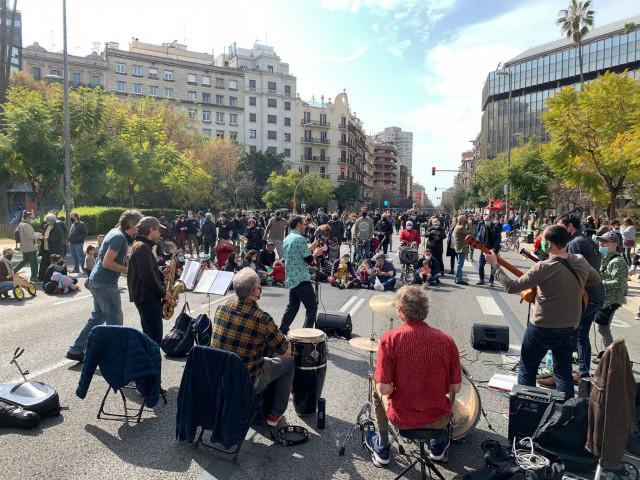 Entidades cortan la calle Aragó en protesta contra las