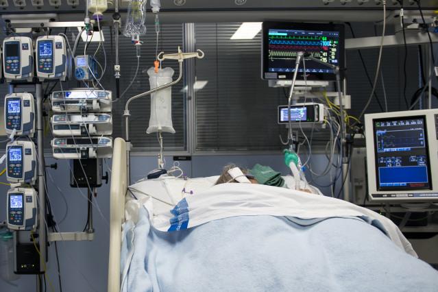 Archivo - Un paciente ingresado en la Unidad de Cuidados Intensivos (UCI) para enfermos de coronavirus del Hospital Universitario Dr. Josep Trueta de Girona.