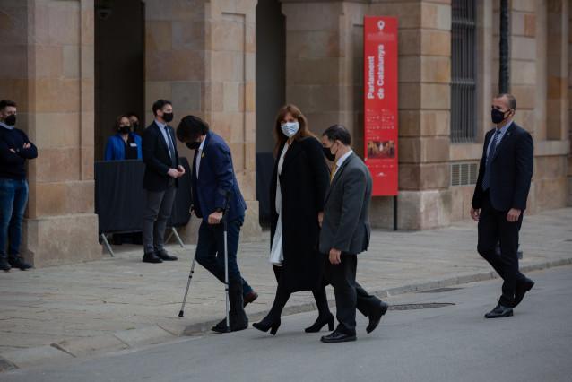 La candidata de Junts, Laura Borràs (c), a su llegada al Auditorio del Parlament de Catalunya.
