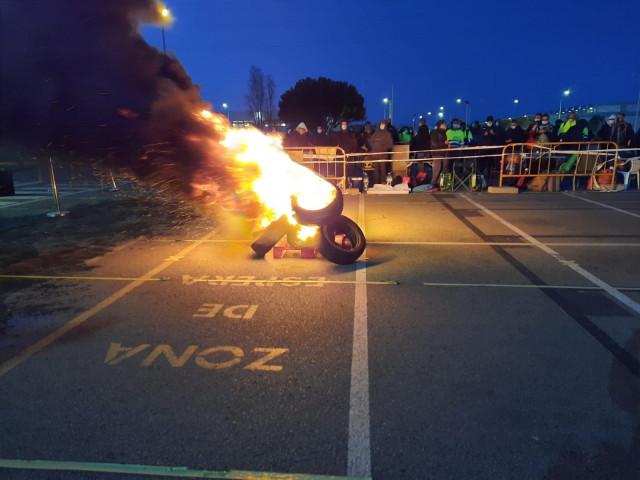 Los trabajadores de Tecnove han quemado neumáticos ante la planta de Nissan en la Zona Franca de Barcelona