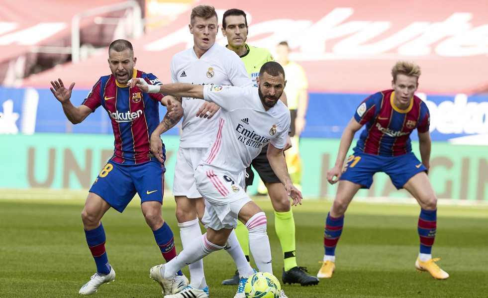 Archivo - Barcelona's Jordi Alba (L) and Real Madrid's Karim Benzema battle for the ball during the Spanish Primera Division soccer match between FC Barcelona and Real Madrid CF at Camp Nou. Photo: Da